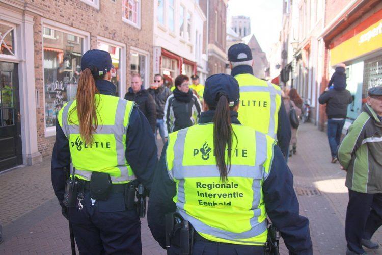 Cảnh sát Hà Lan 'soi' thanh niên mặc đồ hiệu