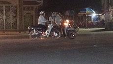 Ba phụ nữ dựng xe máy giữa đường buôn chuyện
