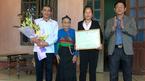 Chủ tịch huyện đến nhà thủ môn Tiến Dũng tặng giấy khen