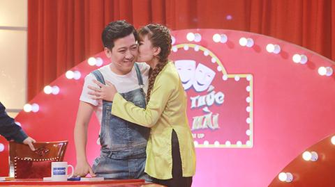 Trường Giang bị thí sinh nữ hôn má trên sóng truyền hình