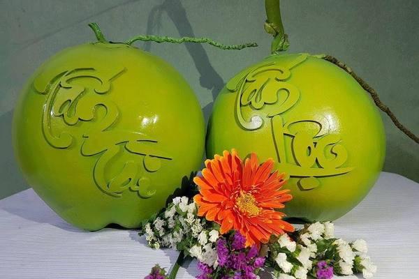 Dừa khắc chữ được 'hét' giá 800 ngàn một quả tại Hà Nội