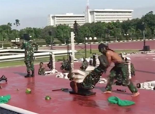 Xem đặc nhiệm Indonesia uống máu rắn, dùng đầu đập nát gạch