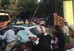 Triệu tập nhóm công nhân vụ thanh sắt rơi chết người đi đường
