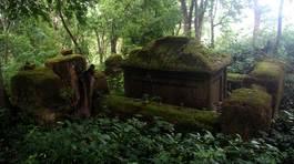 Kỳ bí hàng trăm ngôi mộ cổ trên núi A Mang