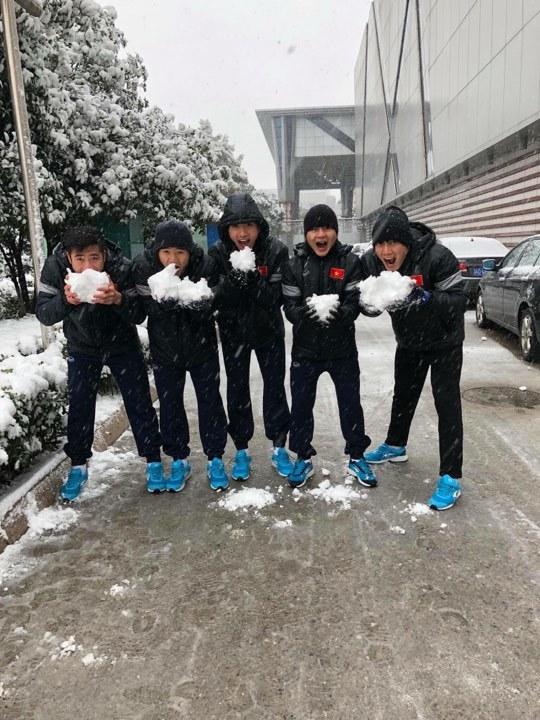 Tuyển thủ U23 Việt Nam vui đùa với tuyết, thoải mái trước giờ G