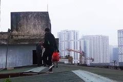 Chuyện lạ ở Thủ đô: Leo mái nhà chung cư để xuống đất