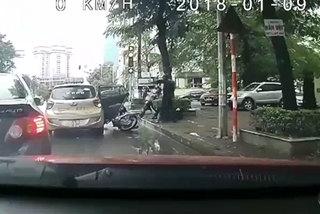 Bất cẩn khi mở cửa ô tô, làm mất mạng người khác như chơi