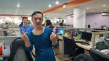 Chàng trai mặc váy catwalk dọc văn phòng sau trận bán kết của U23 Việt Nam