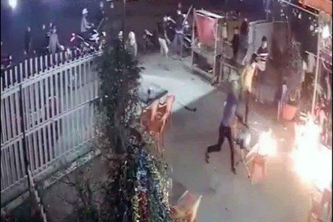 Clip hơn 20 thanh niên bịt mặt, cầm hung khí đòi chém chủ quán nhậu
