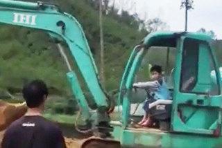 Kinh hãi bé trai 5 tuổi lái máy xúc thành thạo
