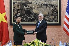 Bộ trưởng Quốc phòng trao kỷ vật chiến tranh cho người đồng cấp Mỹ