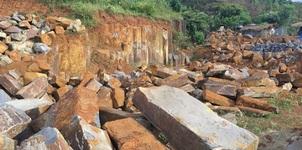 Công binh 'dọn' hiện trường vụ nổ mỏ đá ở Đắk Nông