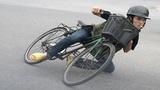 Người đàn ông lớn tuổi trình diễn khả năng đạp xe xung quanh bùng binh tại Hà Nội
