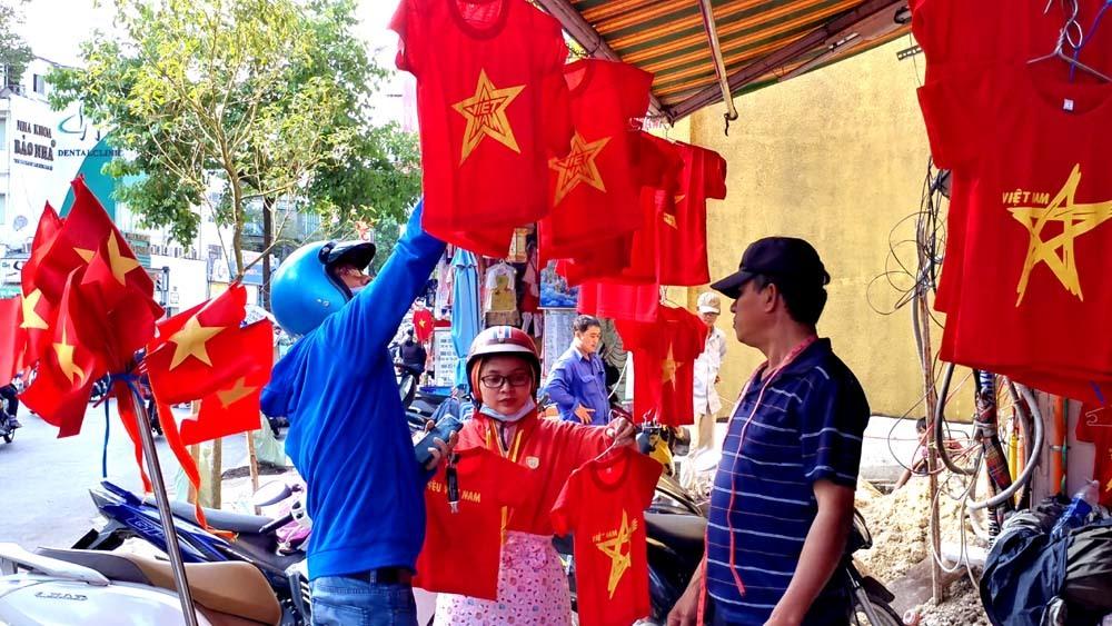 Người Sài Gòn háo hức mua cờ, áo cổ vũ U23 Việt Nam đá chung kết