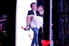 Nhận lời hẹn hò, hot girl bất ngờ được bạn trai bế khỏi sân khấu