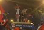 Chung kết U23: CSGT mật phục xử phạt cổ động viên leo nóc xe nhảy múa