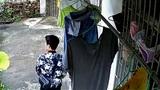 Cận cảnh nam thanh niên ăn trộm đồ lót tại dãy nhà trọ