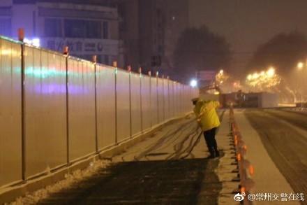Cảnh sát Thường Châu cởi trần dọn tuyết