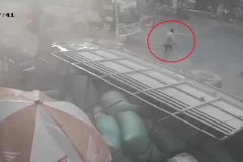 Bị xe tải đâm trực diện, người đạp xe thồ sống sót không tưởng