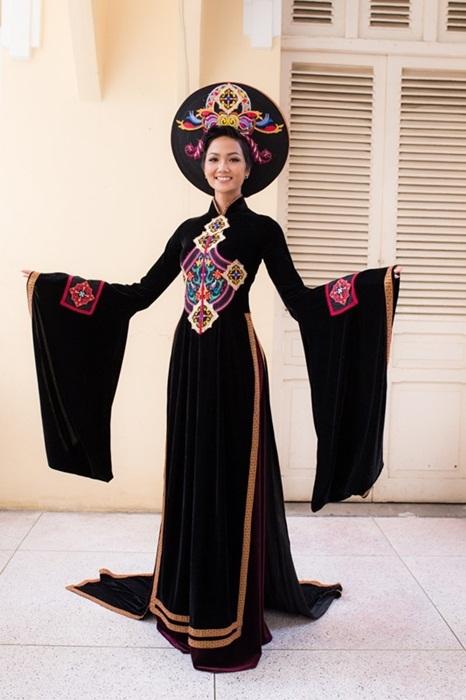 H'hen Niê rạng rỡ với áo dài truyền thống