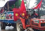 Nhà thủ môn Tiến Dũng mổ trâu, dân làng lái máy cày diễu hành