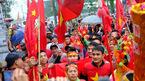 Cả ngàn CĐV đổ bộ về nhà Quang Hải reo hò trước giờ G