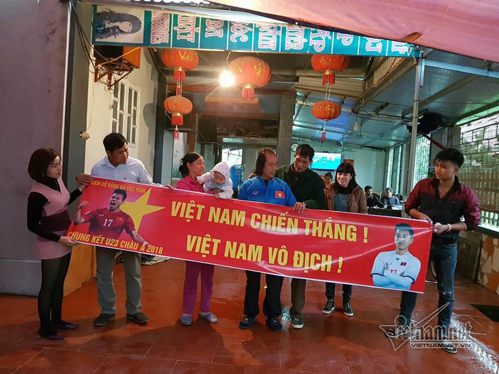 Tiệc làng ở quê hương hậu vệ Vũ Văn Thanh