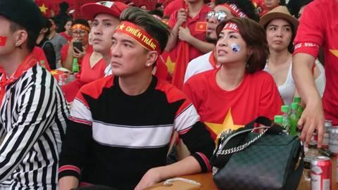 Đàm Vĩnh Hưng và các nghệ sĩ theo dõi trận chung kết U23 Châu Á