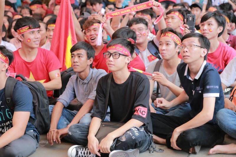 Gạt nước mắt, sinh viên nắm tay nhau hát 'Như có Bác Hồ...' sau chung kết U23 châu Á