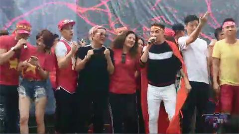 Đàm Vĩnh Hưng và các nghệ sĩ hát mừng bàn thắng hòa trong giờ giải lao