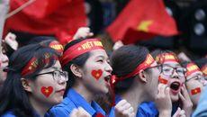 """Gạt nước mắt, sinh viên nắm tay nhau hát """"Như có Bác Hồ..."""" sau chung kết U23 châu Á"""