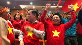 Phó Thủ tướng reo vui sau cú sút của Quang Hải
