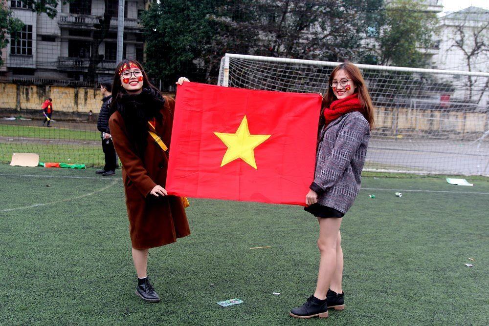 Nữ sinh trào nước mắt xem chung kết U23 Việt Nam