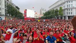 Biển người 'nhuộm đỏ' phố đi bộ Nguyễn Huệ xem U23 Việt Nam