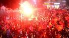 Người hâm mộ xuống đường mừng U23 Việt Nam bất chấp mưa tầm tã