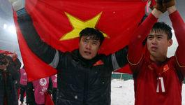 Tuyển thủ Việt Nam oà khóc, xin lỗi người hâm mộ