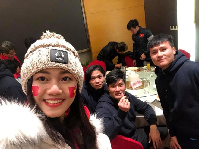 Á hậu Thanh Tú chụp ảnh với HLV Park Hang-seo, Quang Hải sau chung kết