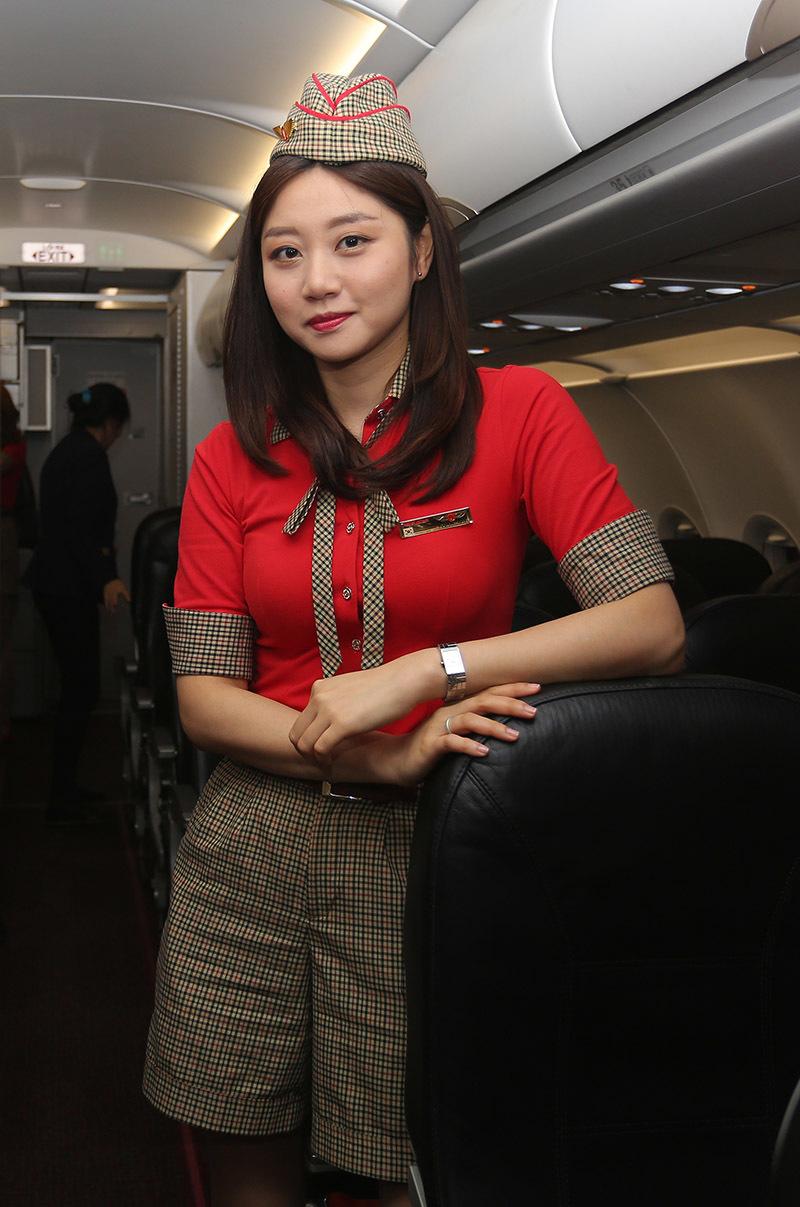 Dàn tiếp viên xinh đẹp Hàn Quốc đi đón thầy trò HLV Park Hang Seo