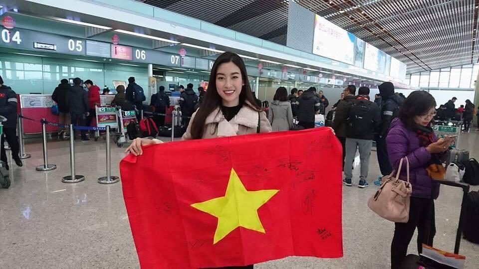 Hoa hậu Mỹ Linh vui mừng vì xin được chữ ký của thủ môn Tiến Dũng