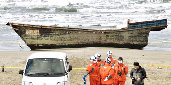 Tàu chở người chết liên tiếp dạt vào bờ biển Nhật