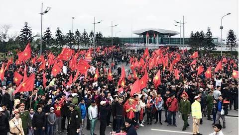 CĐV nhuộm đỏ Nội Bài, chờ đón U23 Việt Nam