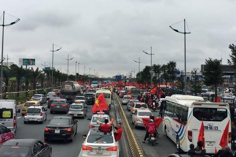 Lối vào nhà ga T2 sân bay Nội Bài đang tắc nghẽn khi hàng nghìn CĐV ra đón các tuyển thủ U23 Việt Nam.