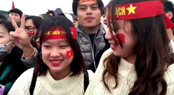 CĐV hô vang Việt Nam vô địch ở Nội Bài