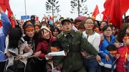 Chen nhau nghẹt thở, leo ngọn cây đón U23 Việt Nam