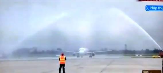 Xe cứu hỏa phun nước vào thân máy bay