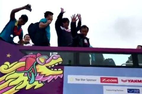 U23 Việt Nam diễu hành trên xu bus mui trần