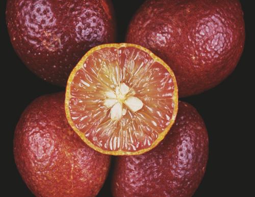 Chuối đỏ au, bưởi hồng rực: Hàng hiếm cúng tết cầu may mắn