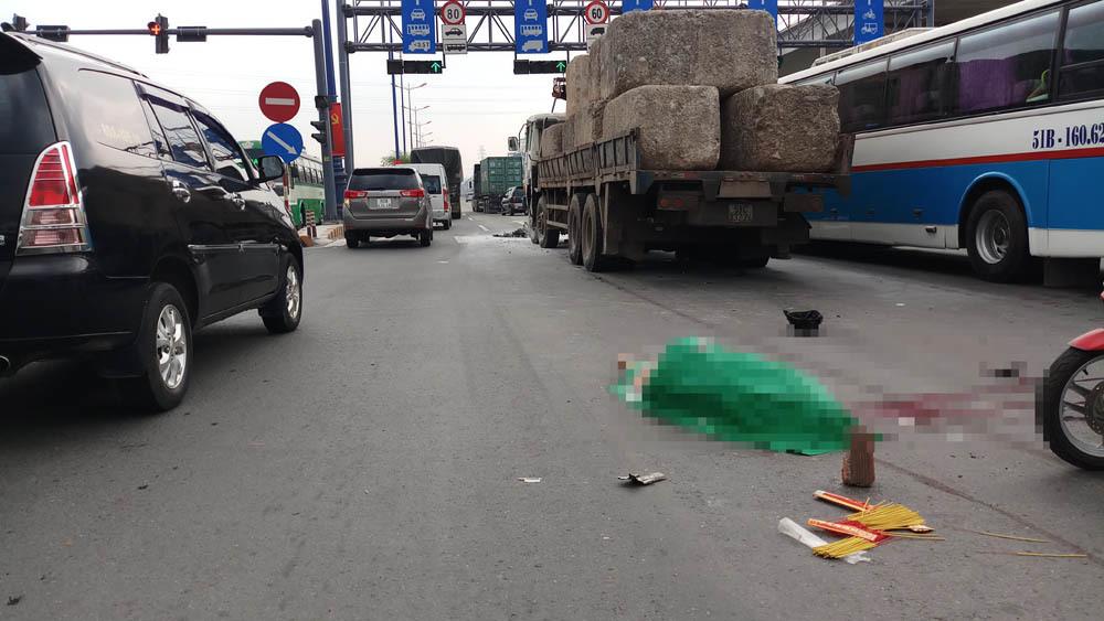 Xe máy bốc cháy sau tai nạn, một người chết