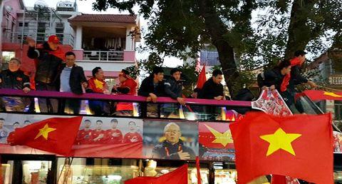 Những hình ảnh U23 Việt Nam đi qua đường Kim Mã