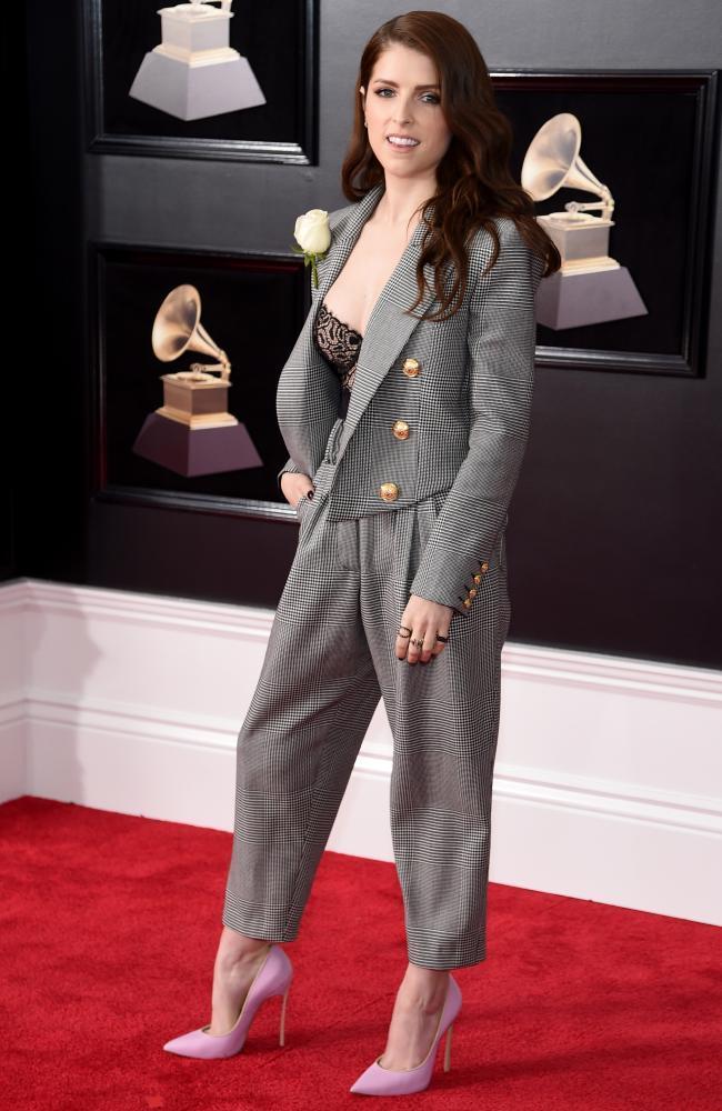 Màu đen bao phủ thảm đỏ Grammy